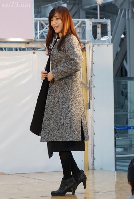 すそにスリットがある50代女性冬コート 黒田知永子 大丸梅田 ファッションコーデイベント